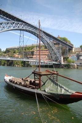 Porto, 2014, Ponte das Barcas, im Vordergrund schippert ein historischer Portweinkahn.