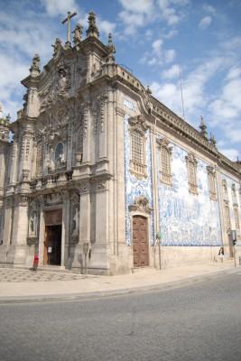 Porto, 2014, Igreja das Carmelitas. Kann man außen die Fliesenornamentik bewundern, so wird man innen den Reichtum ob der Mengen an verarbeitetem Gold bestaunen. Dank der goldigen Herrschaftsjahre Portugals über Brasilien gilt dies für sehr viele Kirchen.