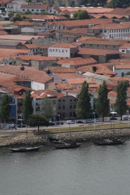 Porto, 2014, die andere Seite des Douro. Noch immer versammelt sich dort die illustre Schar der Portweinproduzenten.