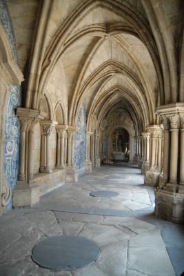 Porto, 2014, Kathedrale Sé, wie so oft in Portugal findet man Reliefs als azulejos. Zur Dekoration werden Fliesen bemalt - klassisch in blau. Kann man sauber drüberschrubben!