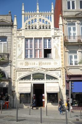 Porto, 2014, Livraria Lello e Irmão, Die Buchhandlung ist bereits von außen recht hübsch, innen jedoch ne Wucht. Harry Potter lässt grüßen. So zufällig ist die Ähnlichkeit vielleicht gar nicht. Lebte die Autorin Rowling schließlich mehrere Jahre in Porto.