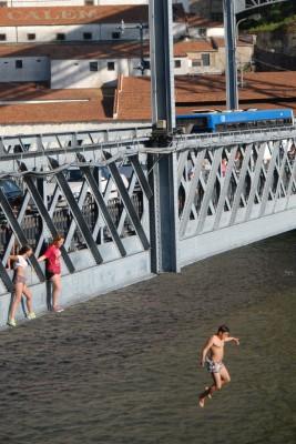 Porto, 2014, Die Mädels hopsen auch noch. Sie zieren sich aber ganz schön.