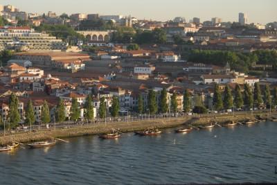 Calem, 2014, Der Fluss Douro trennt die beiden Städte Porto und Calem voneinander.  In Calem sind die Portweinproduzenten wie Sandmann, Taylor's, etc.  gesiedelt.