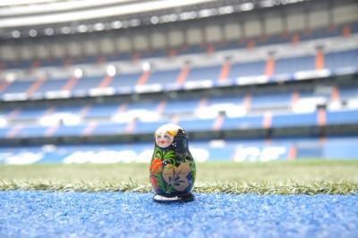 Madrid, 2014, Tour Bernabéu. Tatsächlich wollte ich die Matroschka für ein Foto aufs Rasengrün setzen. Der Stadionchecker hätte da fast nen Herzinfarkt bekommen! Also steht sie ganz kurz vorm Rasen.