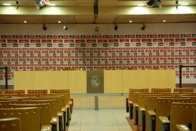 Madrid, 2014, Tour Bernabéu, Im Presseraum werden die Erfolge wortreich gefeiert oder aber kritische Fragen wegdiskutiert. Wer sehr gute Augen hat, sieht, dass soeben Matroschka Rede & Antwort steht. Interessiert die Pressemeute aber ... weniger.