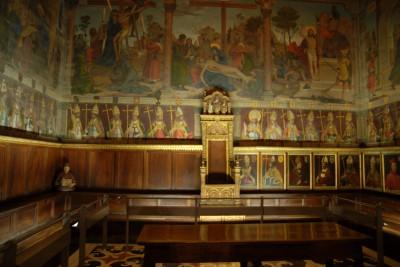 Toledo, 2014, Kathedrale, Der Raum zeigt alle bisherigen Kirchenväter in Toledo, rechts beginnend vom Stuhl in der oberen Reihe. Da sie Reihe irgendwann ausgefüllt war, nutzte man die Reihe darunter. In gefühlt 200 Jahren wird auch diese Reihe komplett sein. Was machen die bloß danach?