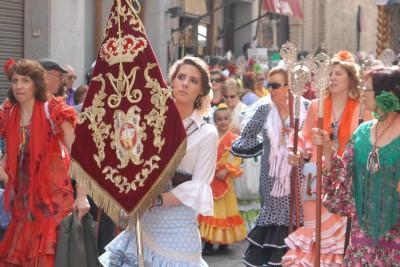 Toledo, 2014, Umzug. Im Mai finden in Spanien diverse Feste statt. Warum die Mädels sich hier in ihre Tracht schmissen, hab ich nicht herausbekommen. Als Tourist hab ich aber fix ein Foto geschossen...