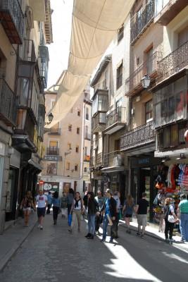 Toledo, 2014, Zuerst dachte ich, das Tuch über der Straße sei ein Kunstprojekt. Falsch! Es ist ein Sonnenschutz! Und da man sich Toledos engen und verwinkelten Gassen vorzüglich verlaufen kann, hilft das Tuch als Wegweiser. Schließlich ist es nur vom Marktplatz zur Kethedrale gespannt.