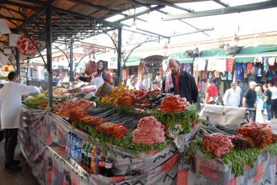 2014, Marrakesch, Djemaa el-Fna. Allabendlich füllt sich der Hauptplatz der Medina mit mobilen Garküchen.