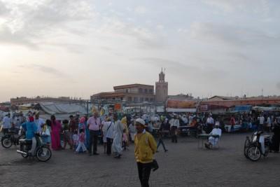 2014, Marrakesch, Djemaa el-Fna gegen 20 Uhr. Ein reges Treiben. Garküchen, Händler, Schwangenbeschwörer, Verrückte - alles an einem Ort versammelt.