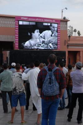 2014, Marrakesch, Djemaa el-Fna, Ich hoffte, die Leinwand dient der Übertragung brisanter Fußballspiele. Dem ist nicht so. Die letzten 2 Tage fand in Marrakech ein Festival statt. Die Leinwand zeigte dies parallel. Am Abend war dann Charlie Chaplin Stunde.