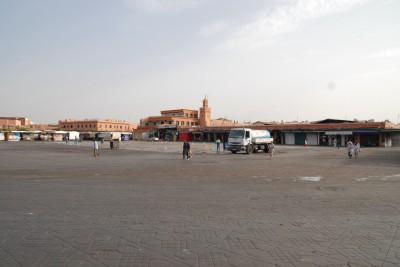 2014, Marrakesch, Djemaa el-Fna gegen 8 Uhr. Die Putzkolonne ist fast durch.