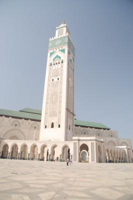 Casablanca, 2014, Moschee Hassan II., Hier mal die nackten Fakten: es ist die drittgrößte Moschee der Welt, 25.000 Muslime passen rein. Mit dem Vorplatz können bis zu 80.000 auf einmal beten. Das Minarett ist 210 Meter hoch und somit Marokkos höchstes Gebäude.