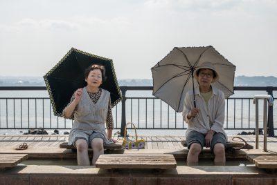 Dank der vulkanischen Heizung hat Sakurajima ein Fußbad. Es ist schlappe 100 Meter lang. Die beiden Frauen amüsieren sich auf ihren Sonntagsausflug. Leider fanden wir keine gemeinsame Sprache für einen Plausch.
